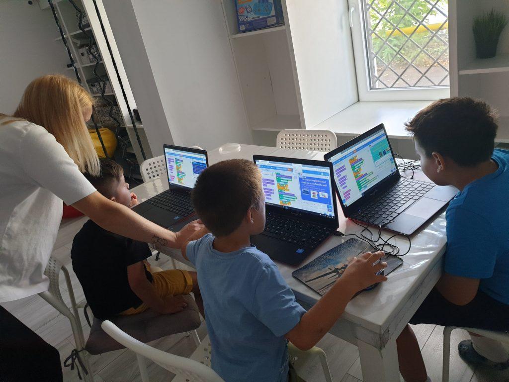 Curs de programare cu Iotesa Kids la Afterschool Exploratorii Cunoașterii Timișoara - Educație Financiară2