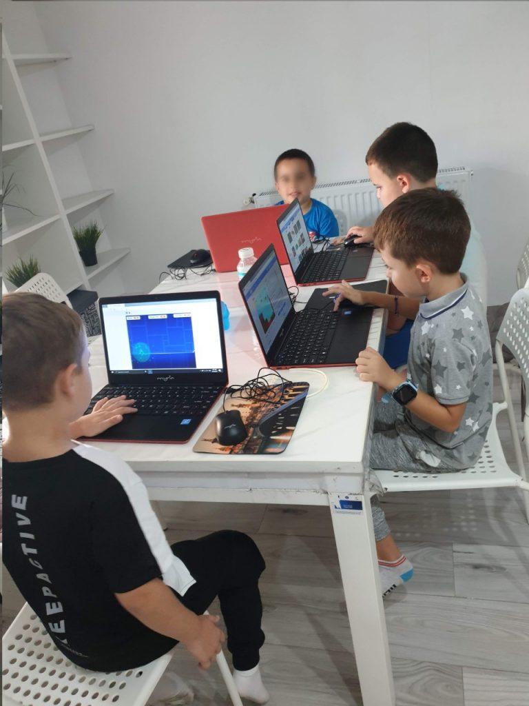 lectia-demonstrativa-de-programare-pentru-copii-cu-iotesa-kids-la-afterschool-exploratorii-cunoasterii-timisoara-pregatiri-pentru-noul-an-scolar7