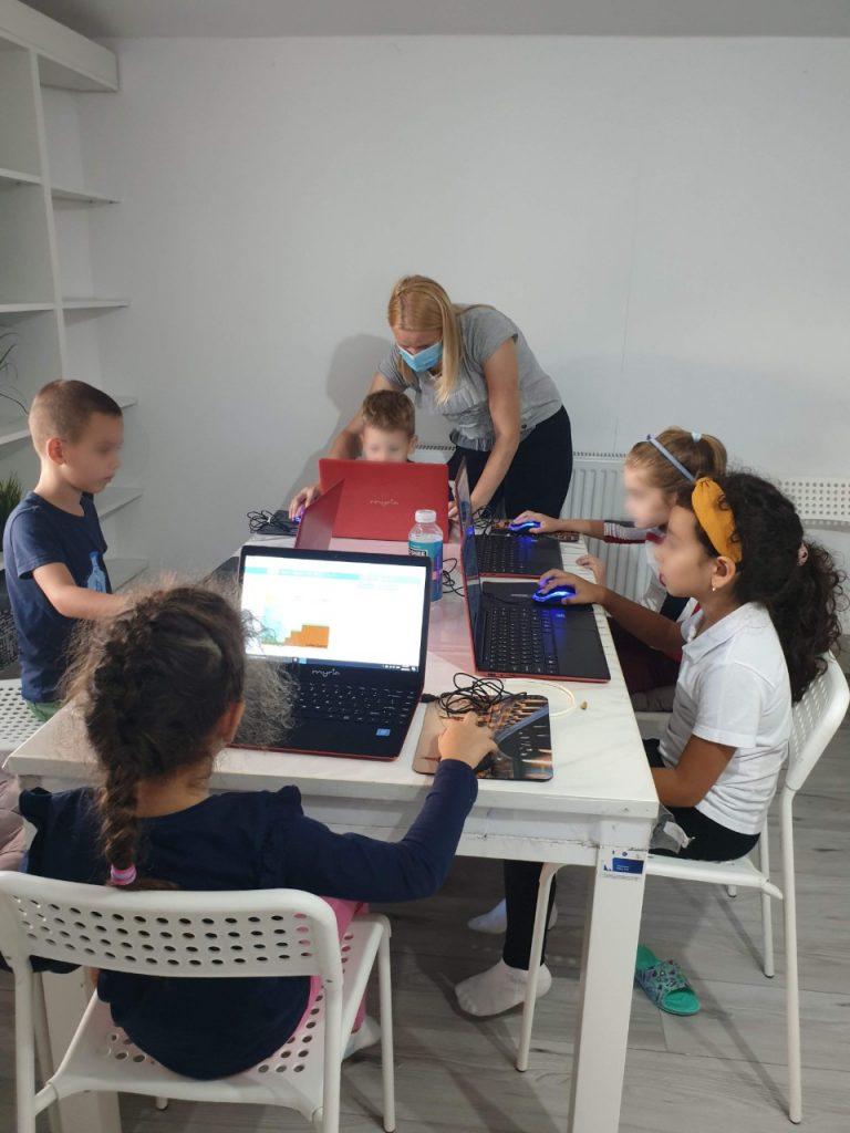 lectia-demonstrativa-de-programare-pentru-copii-cu-iotesa-kids-la-afterschool-exploratorii-cunoasterii-timisoara-pregatiri-pentru-noul-an-scolar3
