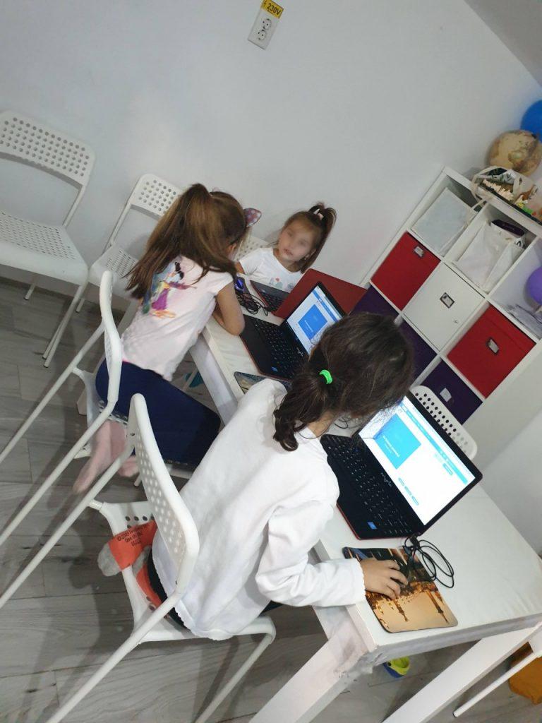 lectia-demonstrativa-de-programare-pentru-copii-cu-iotesa-kids-la-afterschool-exploratorii-cunoasterii-timisoara-pregatiri-pentru-noul-an-scolar6
