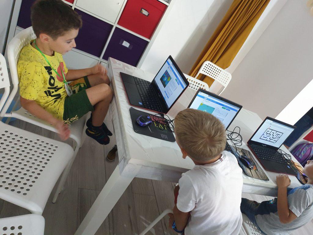 lectia-demonstrativa-de-programare-pentru-copii-cu-iotesa-kids-la-afterschool-exploratorii-cunoasterii-timisoara-pregatiri-pentru-noul-an-scolar4