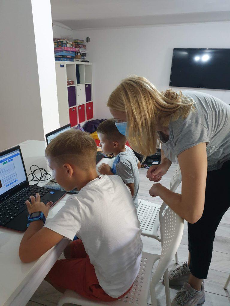 lectia-demonstrativa-de-programare-pentru-copii-cu-iotesa-kids-la-afterschool-exploratorii-cunoasterii-timisoara-pregatiri-pentru-noul-an-scolar5