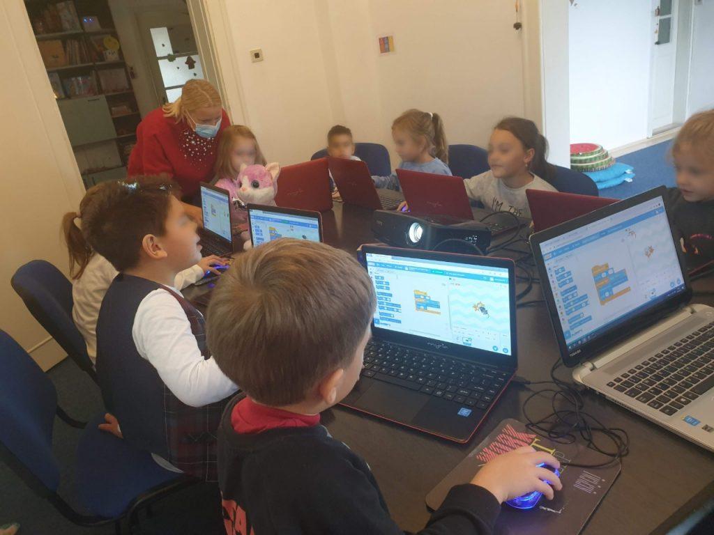 lectia-demonstrativa-de-programare-pentru-copii-iotesa-kids-la-discovery-smart-kids-club-timisoara-a-doua-prezentare1