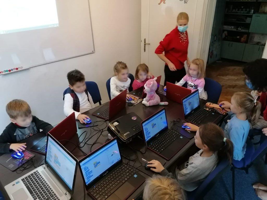 lectia-demonstrativa-de-programare-pentru-copii-iotesa-kids-la-discovery-smart-kids-club-timisoara-a-doua-prezentare2