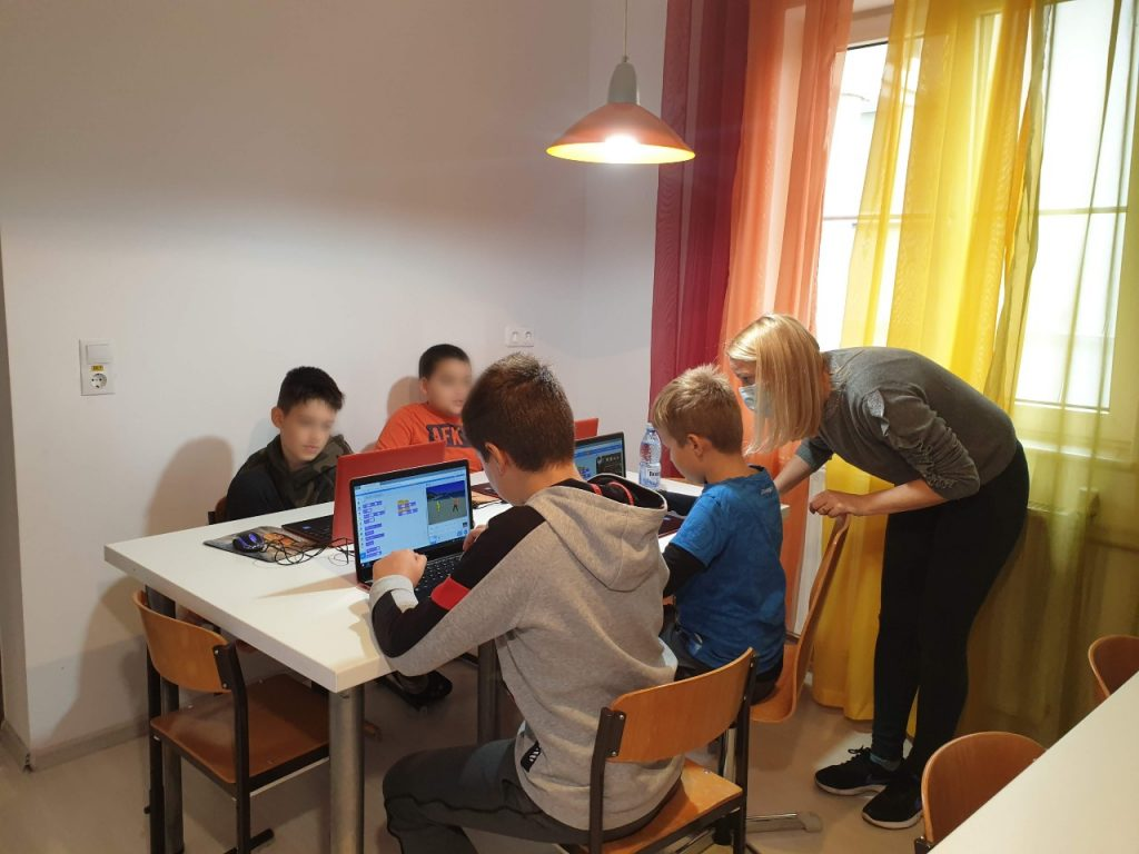 curs-de-programare-pentru-copii-cu-iotesa-kids-la-edes-after-school-timisoara-personaje-in-dialog1