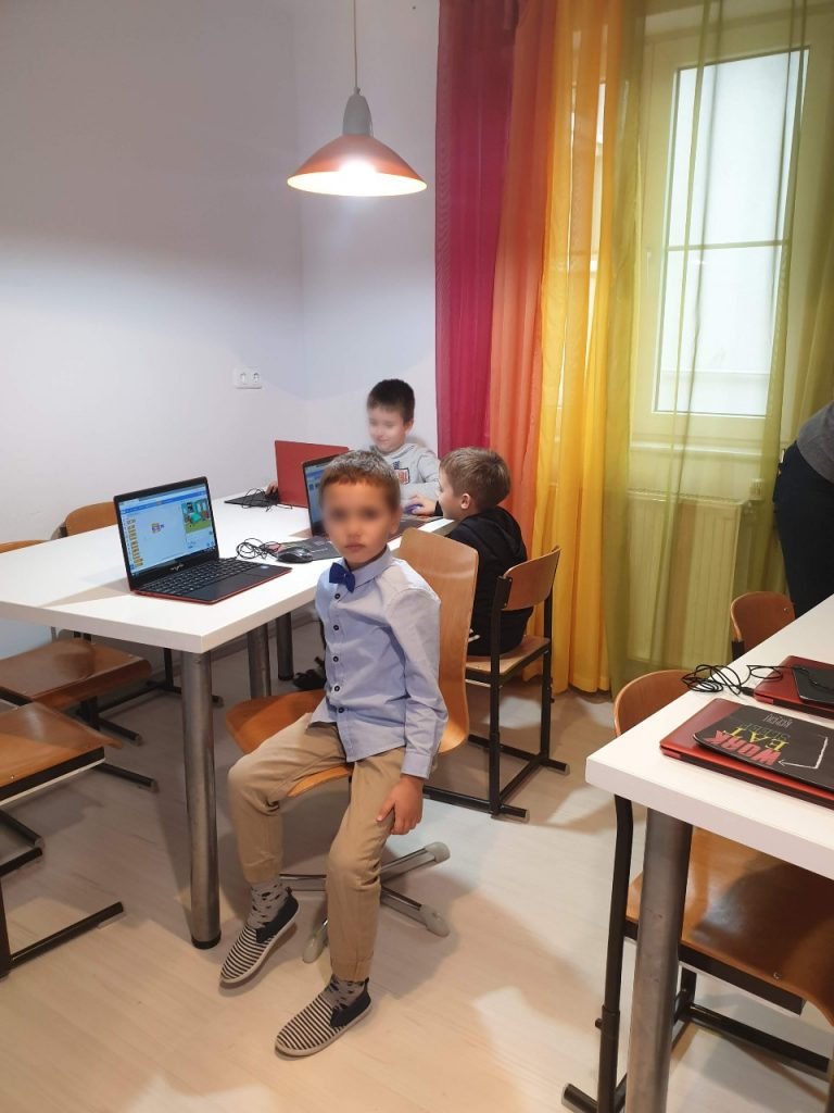 curs-de-programare-pentru-copii-cu-iotesa-kids-la-edes-after-school-timisoara-personaje-in-dialog3
