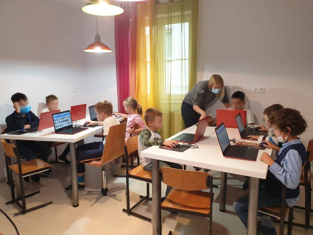 curs-de-programare-pentru-copii-cu-iotesa-kids-la-edes-after-school-timisoara-personaje-in-dialog2