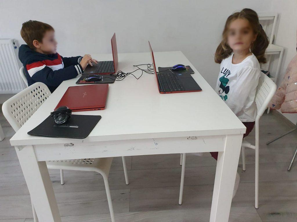 curs-programare-copii-cu-iotesa-kids-la-exploratorii-cunoaterii-timisoara-pregatiri-pentru-petrecere-virtuala3