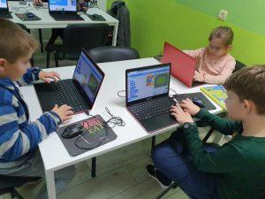 curs-programare-copii-cu-iotesa-kids-la-after-school-adventures-timisoara-cursa-de-masini4