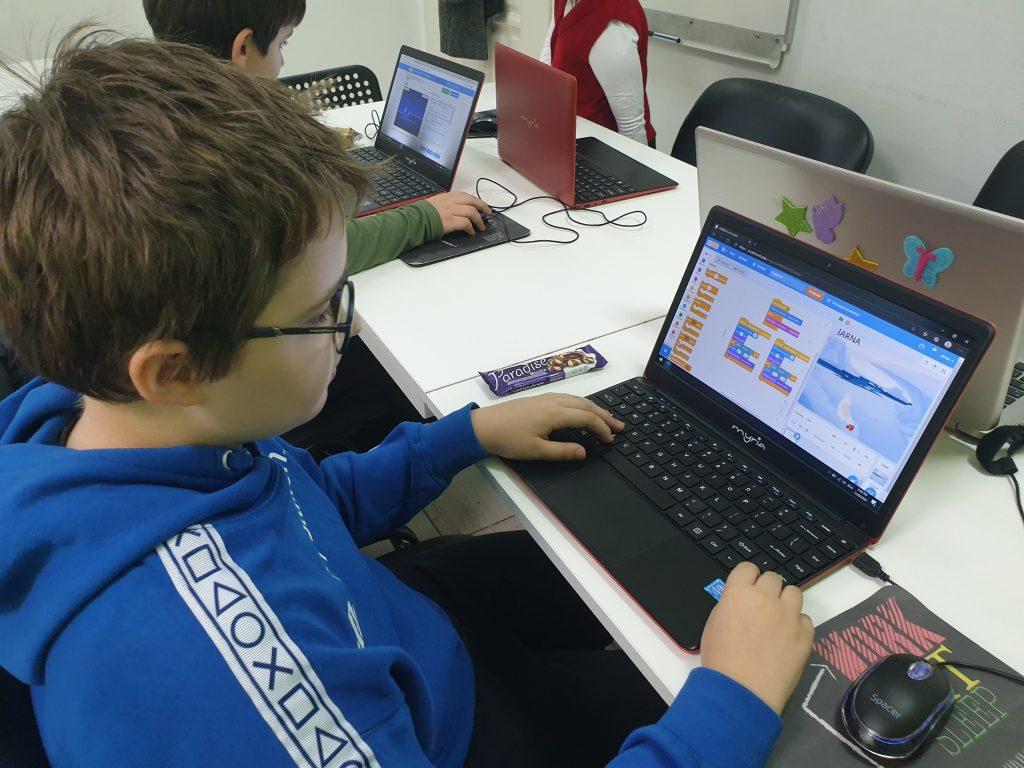 curs-programare-copii-cu-iotesa-kids-la-after-school-adventures-timisoara--felicitare-virtuala-de-craciun1