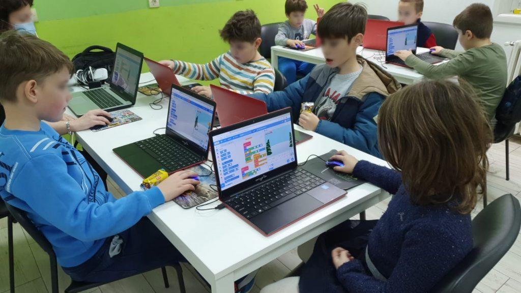 curs-programare-copii-cu-iotesa-kids-la-after-school-adventures-timisoara--felicitare-virtuala-de-craciun4