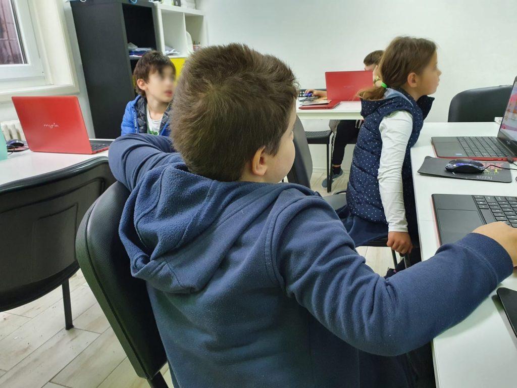 curs-programare-copii-cu-iotesa-kids-la-after-school-adventures-timisoara-cursa-de-masini1
