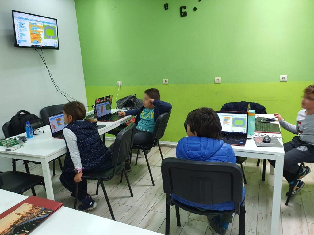 curs-programare-copii-cu-iotesa-kids-la-after-school-adventures-timisoara-cursa-de-masini3
